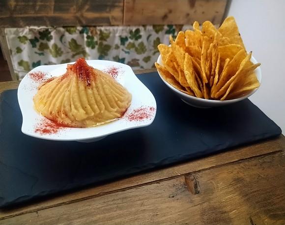Hummus mit Nachos Mais